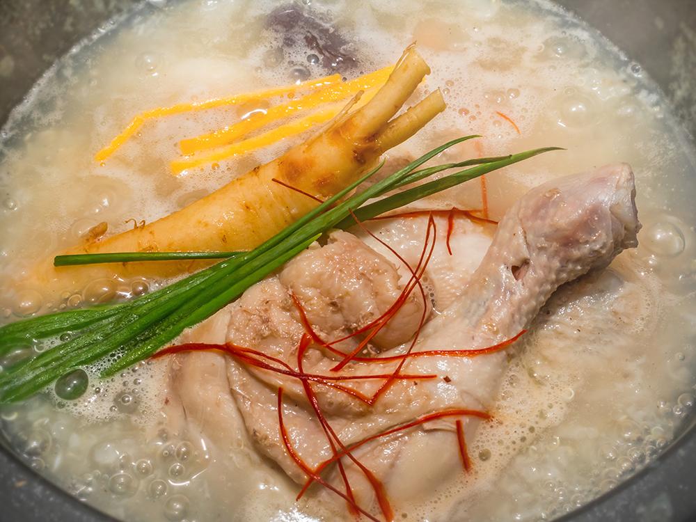 ぐつぐつ煮立つ参鶏湯の画像